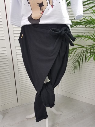 Spodnie a la Skóra ze złotymi paskami